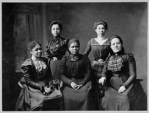 300px-5_female_Negro_officers_of_Women's_League,_Newport,_R.I_LCCN2001705854